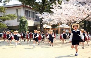 桜の下走る
